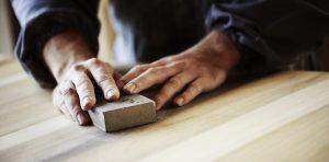 In wenigen Schritten Holz richtig perfekt glatt schleifen